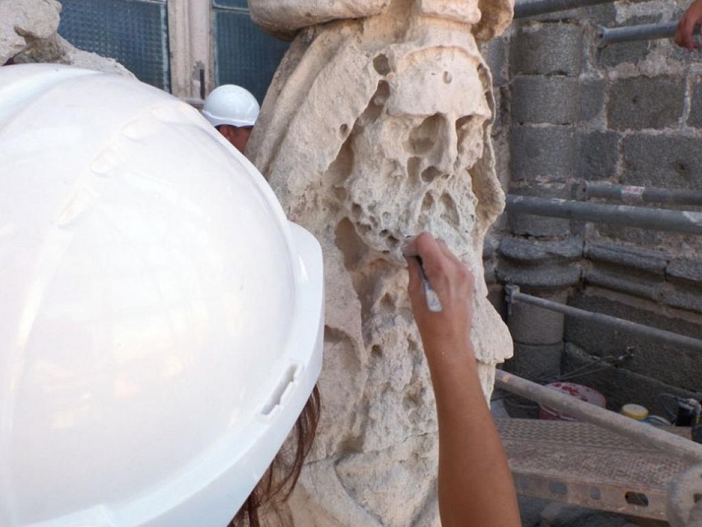 Un momento del proceso de reintegración de la piedra