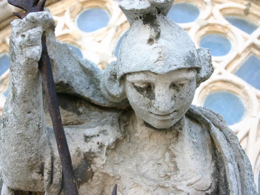 Detalle de la escultura de San Miguel que corona la fachada