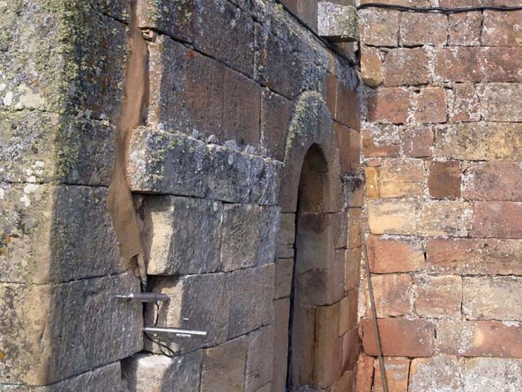 Fisurómetros colocados en la torre de la iglesia de Santa Marina