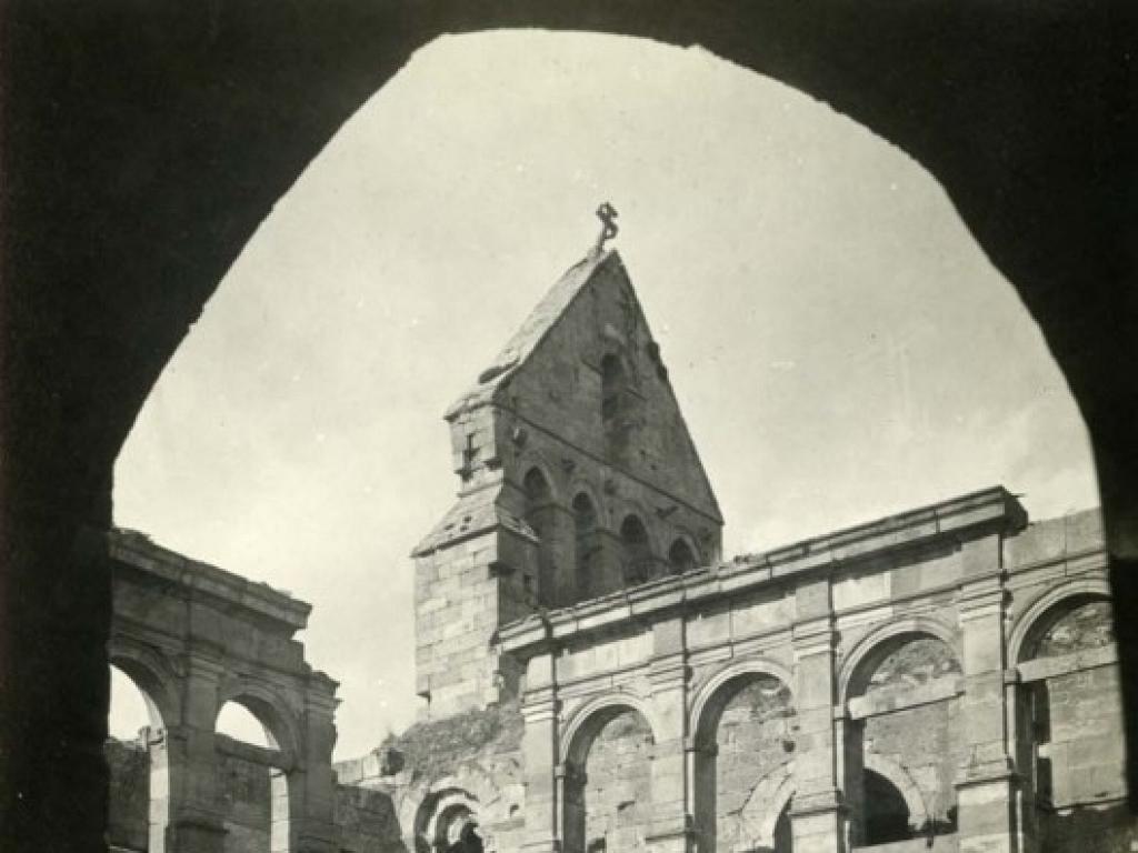 Detalle de la espadaña del monasterio antes de la restauración